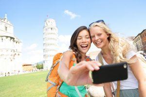 Schüler machen ein Selfie vor dem schiefen Turm von Pisa