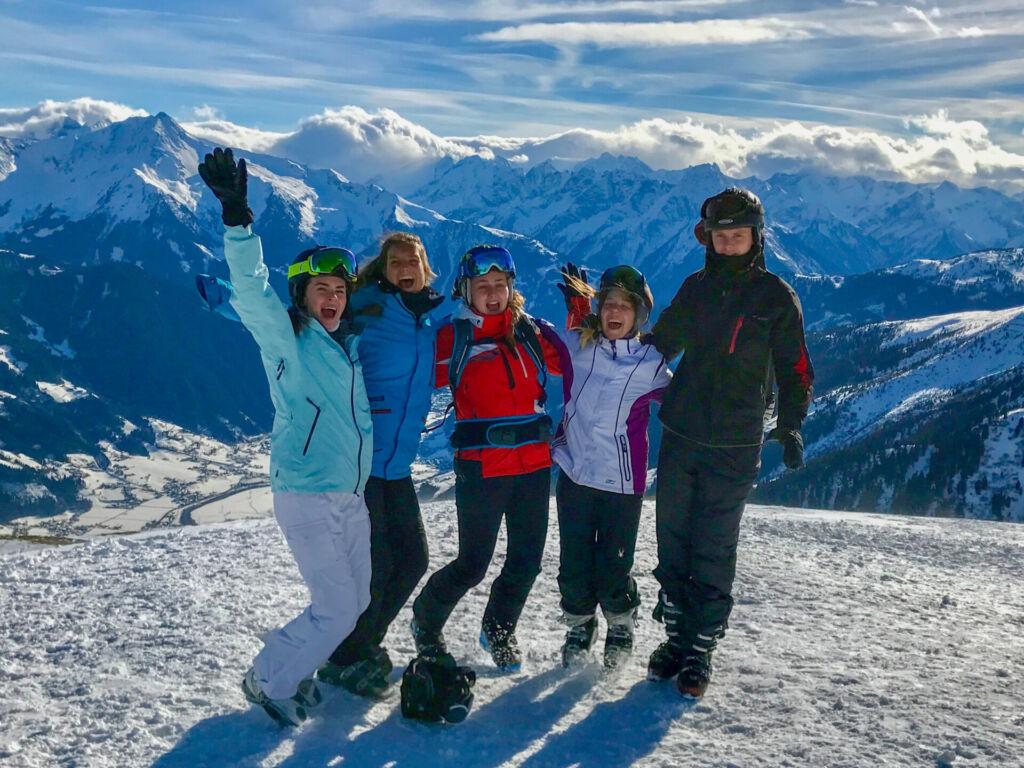 Schüler fahren Ski in Hochfügen im Zillertal und lassen auf dem Berg ein Portrait von sich fotografieren.