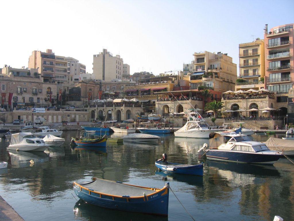 Blick auf einen kleinen Hafen in MAlta