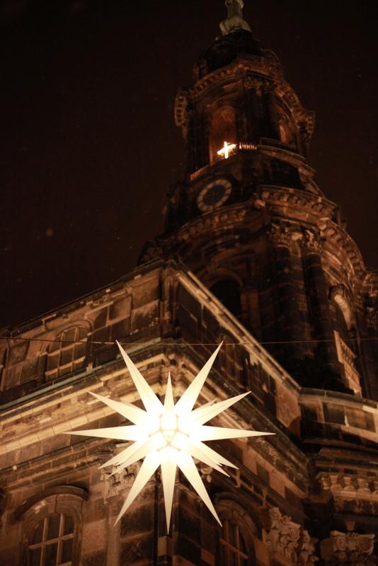 Blick auf den Stern vor der Kreuzkirche in Dresden