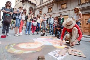 Schülergruppe mit Straßenkünstlern in Florenz