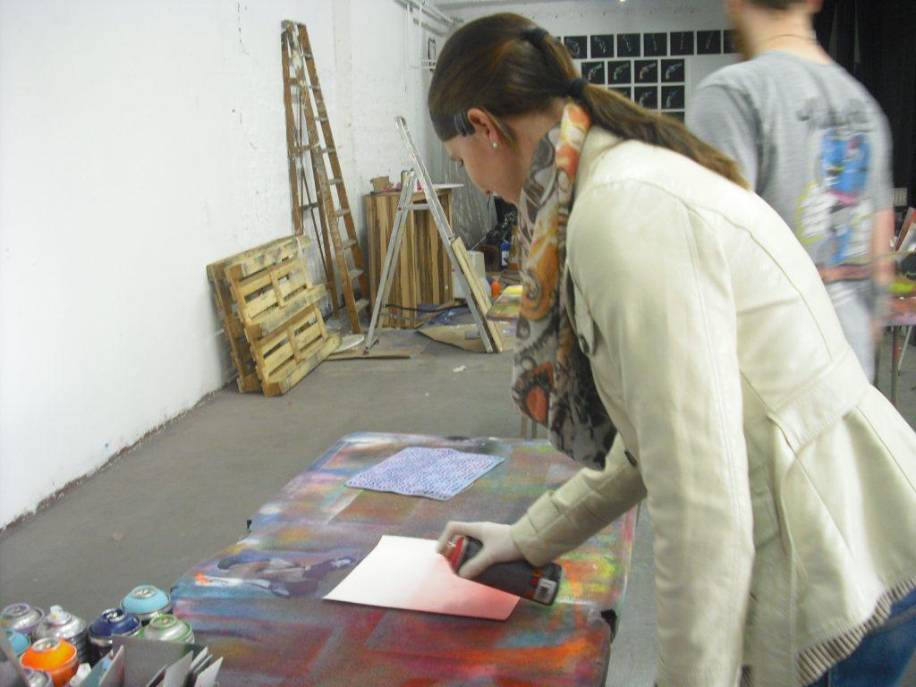 Unsere Reiseexpertin beim Streetart Workshop in Berlin