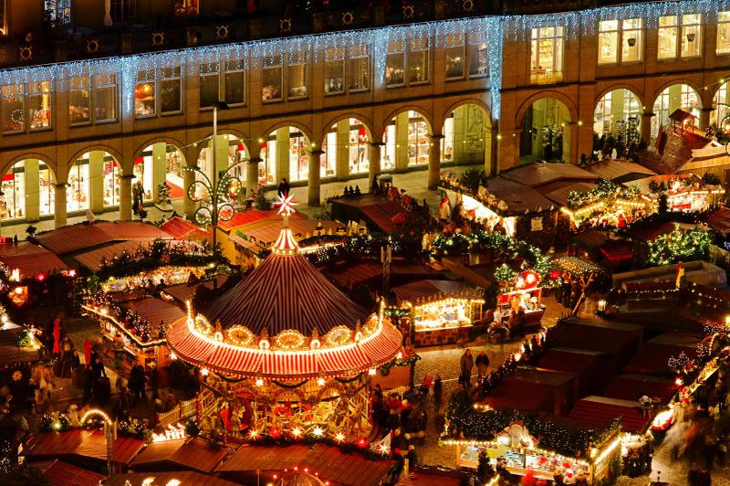 Blick von oben auf den Striezelmarkt in Dresden