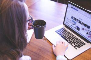 Viele Lehrer nutzen bei der Arbeit ihren privaten Laptop. Deshalb gilt auch hier: Datenschutz beachten!