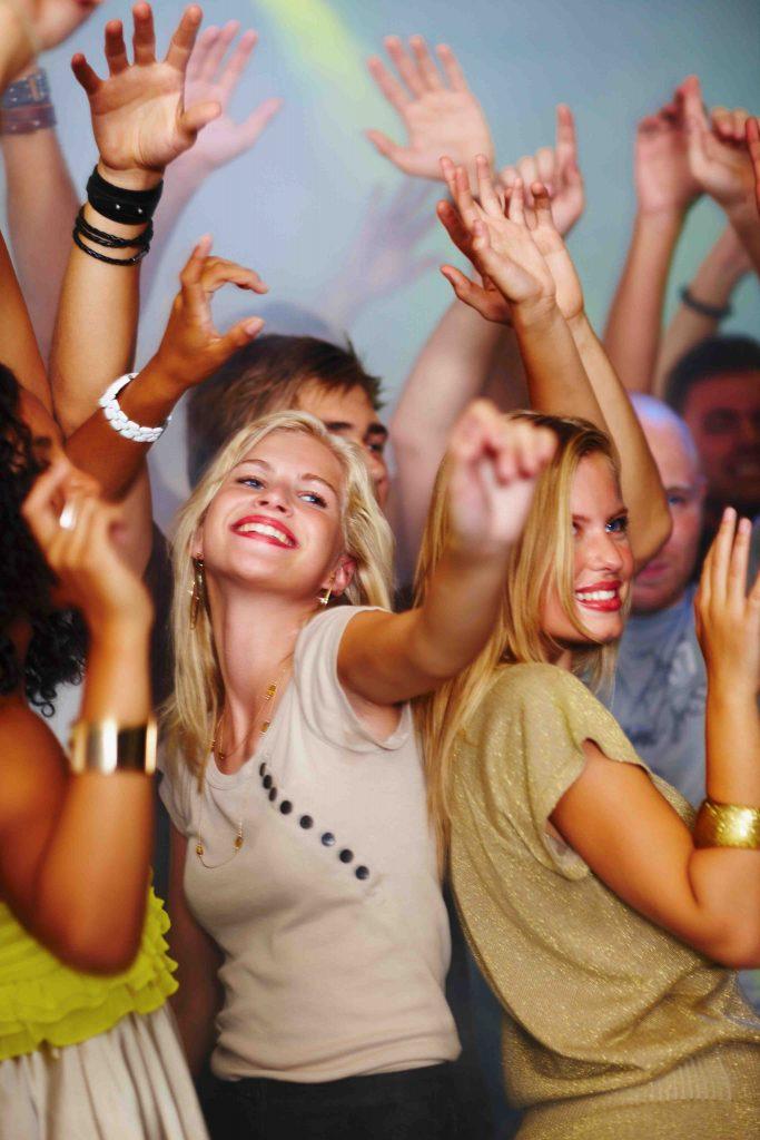 Junge Menschen beim Tanzen in der Disko