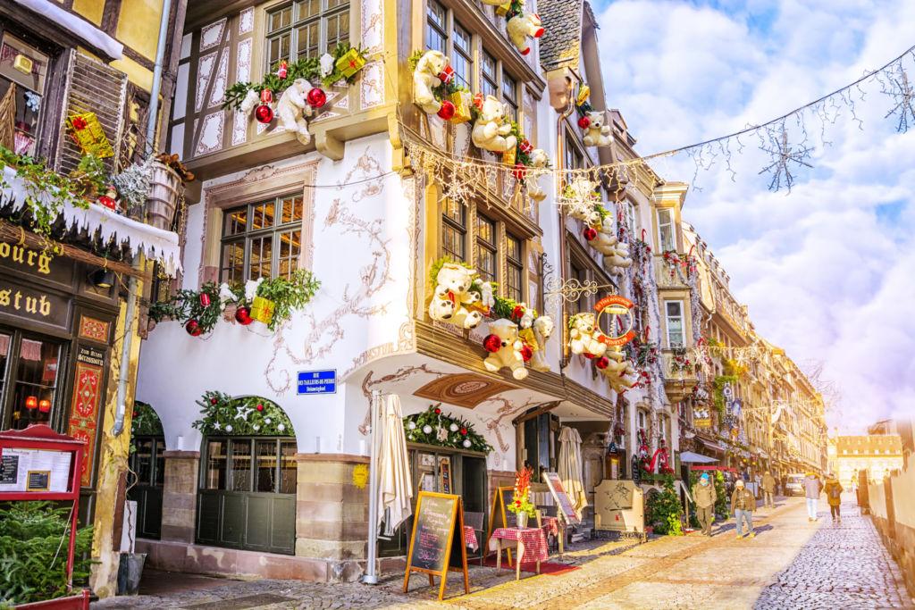 Blick in eine Weihnachtlich geschmückte Gasse in Straßburg