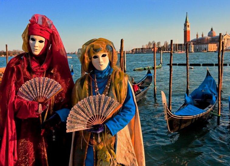 Der historische Karneval von Venedig mit seinen Masken, Spielen und Feuerwerken ist weltbekannt.