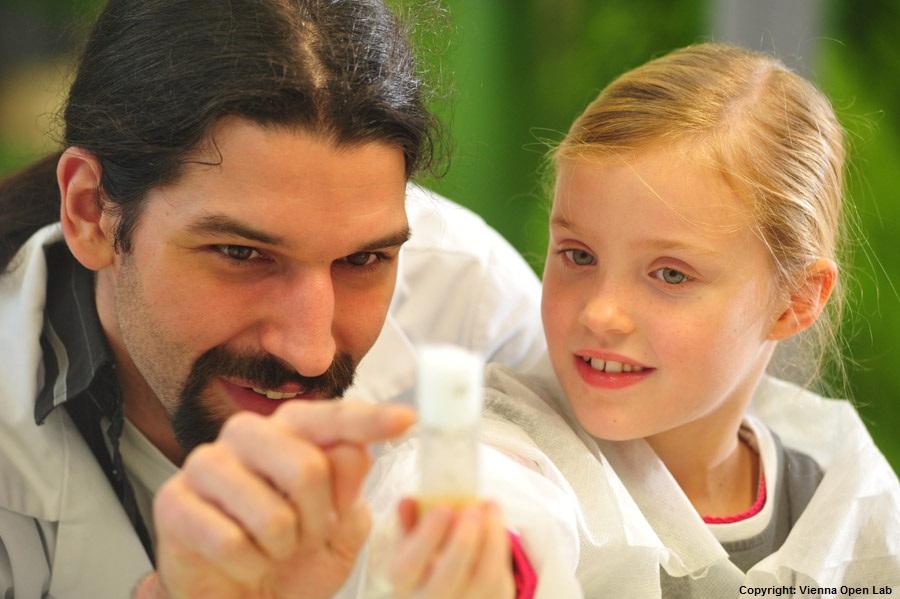 Eine Schülerin macht mit einem Abstrich ihrer Mundschleimhaut ihre eigene DNS sichtbar