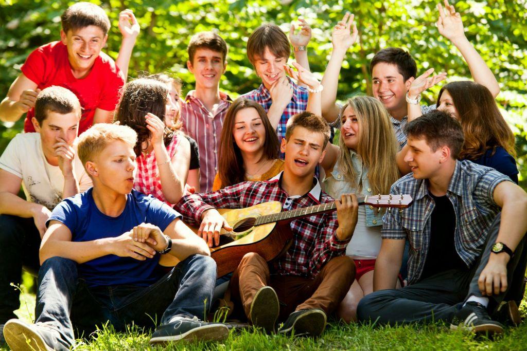 Musikalische Pause auf Wanderfahrt: Schüler singen auf einer Wiese