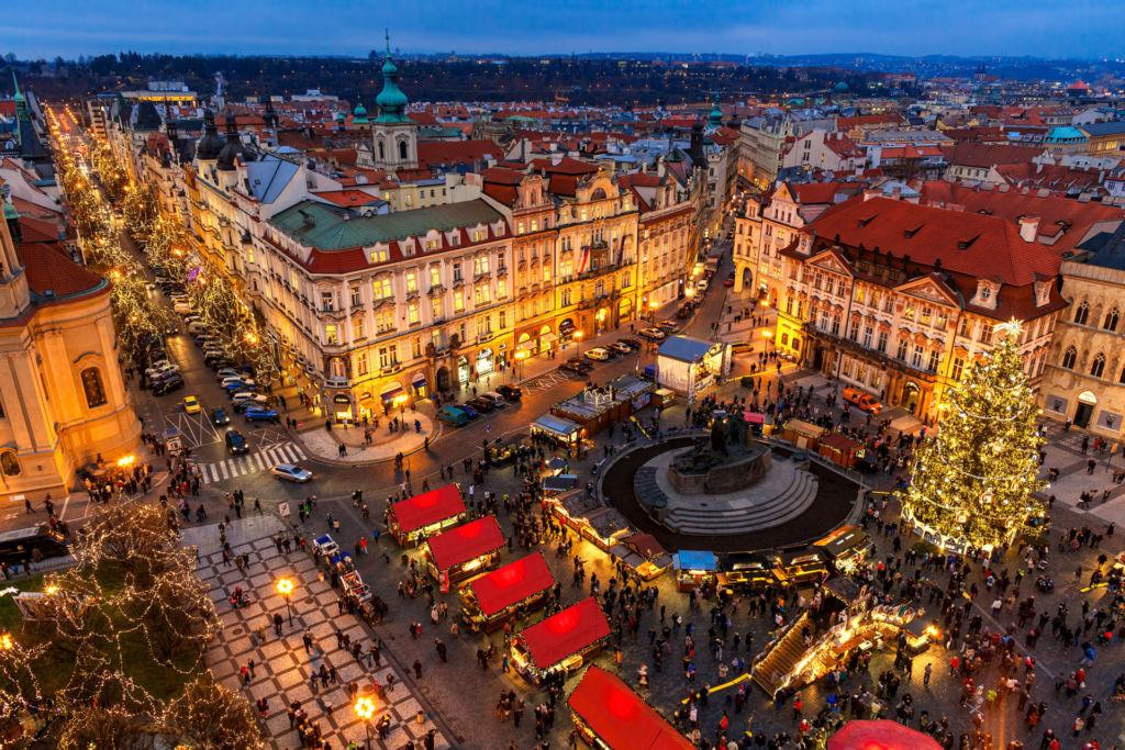 Blick auf den wunderschönen Weihnachtsmarkt in Prag