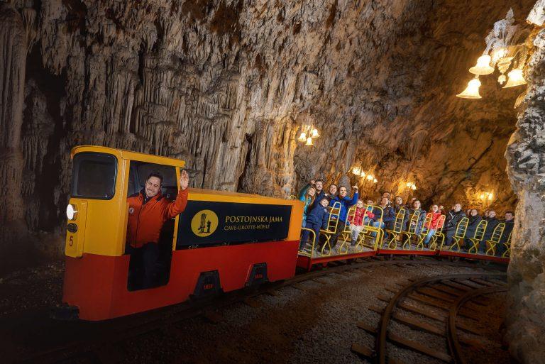 Erleben Sie mit Ihren Schülern eine unvergessliche Zugfahrt in der Höhle von Postojna